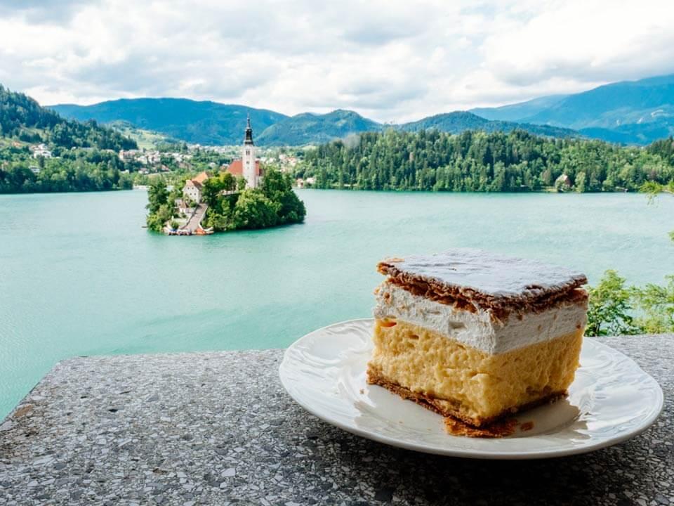 Bledről készült fénykép: A híres Bledi krémes
