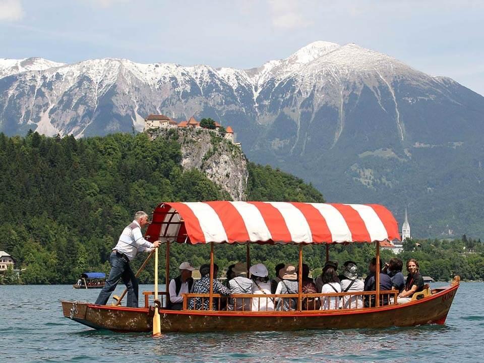 Bledről készült fénykép: Hajókázás a Bledi tavon