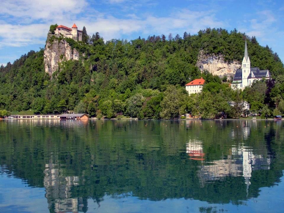 Bledről készült fénykép: A Bledi tó felett elhelyezkedő kastély