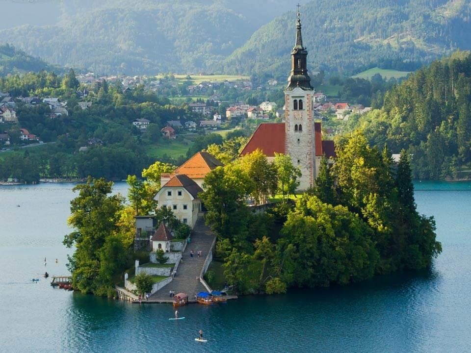 Bledről készült fénykép: Bledi tó közepén álló kis sziget