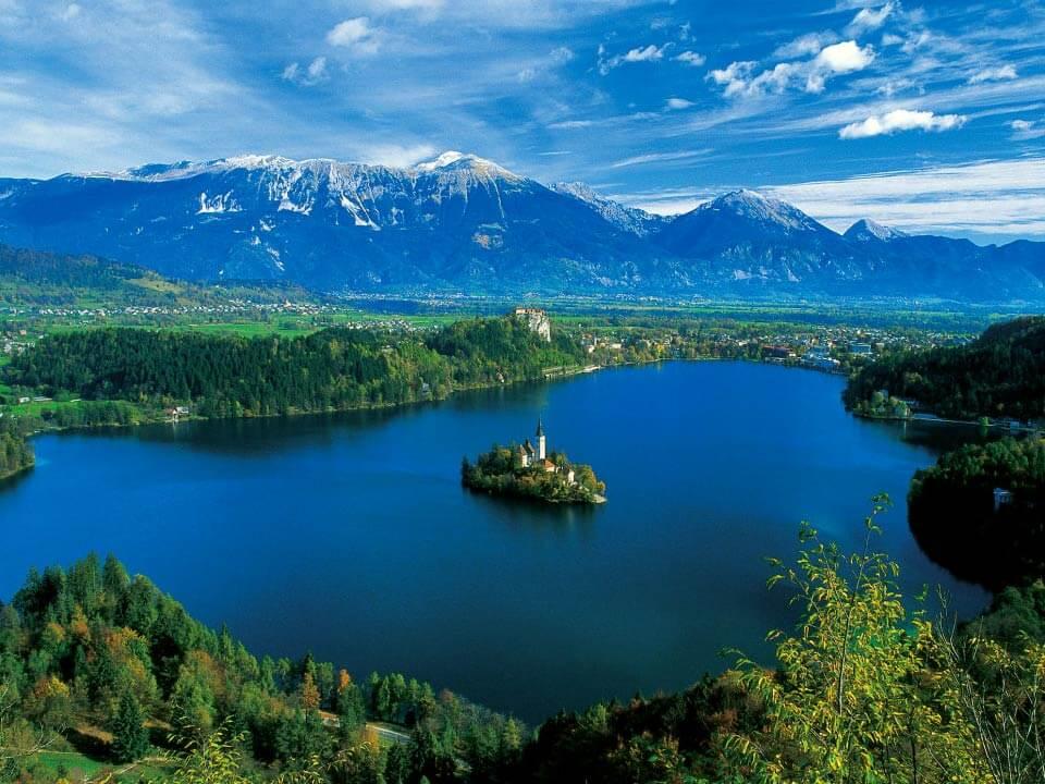 Bledről készült fénykép: Csodálatos panoráma a Bledi tóra