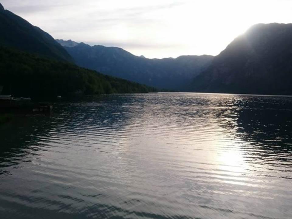 Bohinji-tónál készült fénykép: Csendes, nyugodt vízfelszín