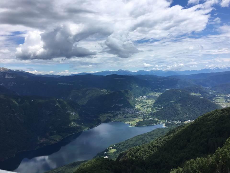 Bohinji-tónál készült fénykép: Bohinji-tó a hegyekről nézve