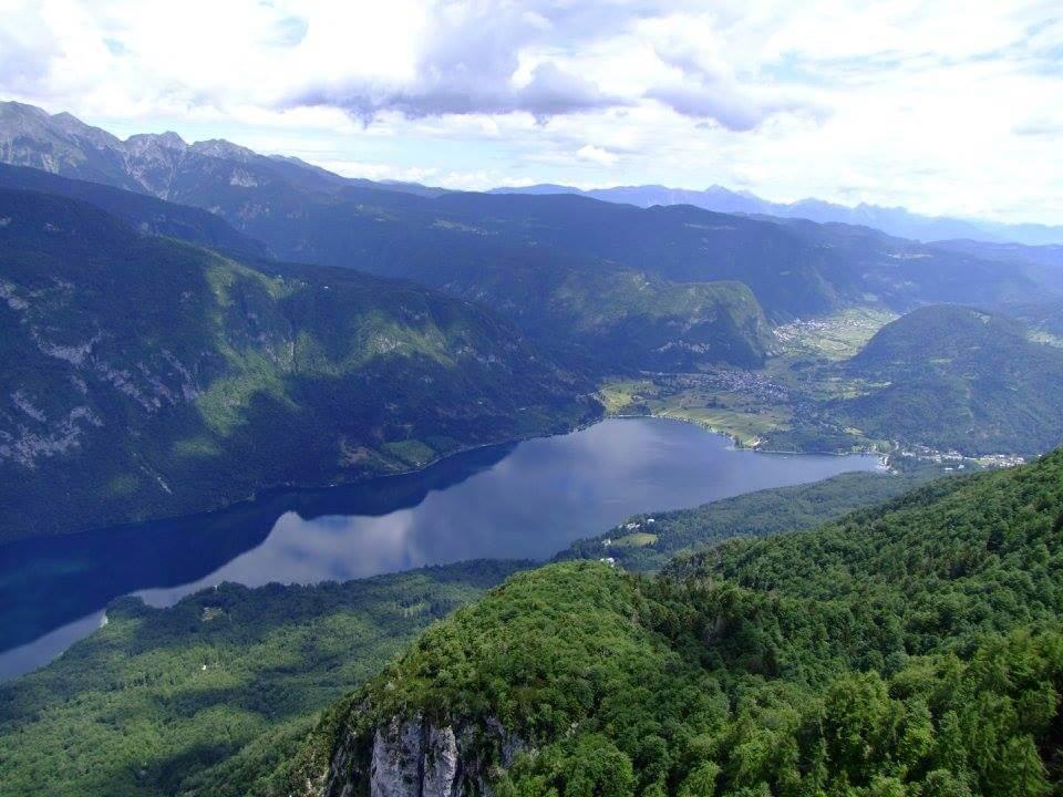 Bohinji-tónál készült fénykép: Csodálatos hegységek a Bohinji-tó körül