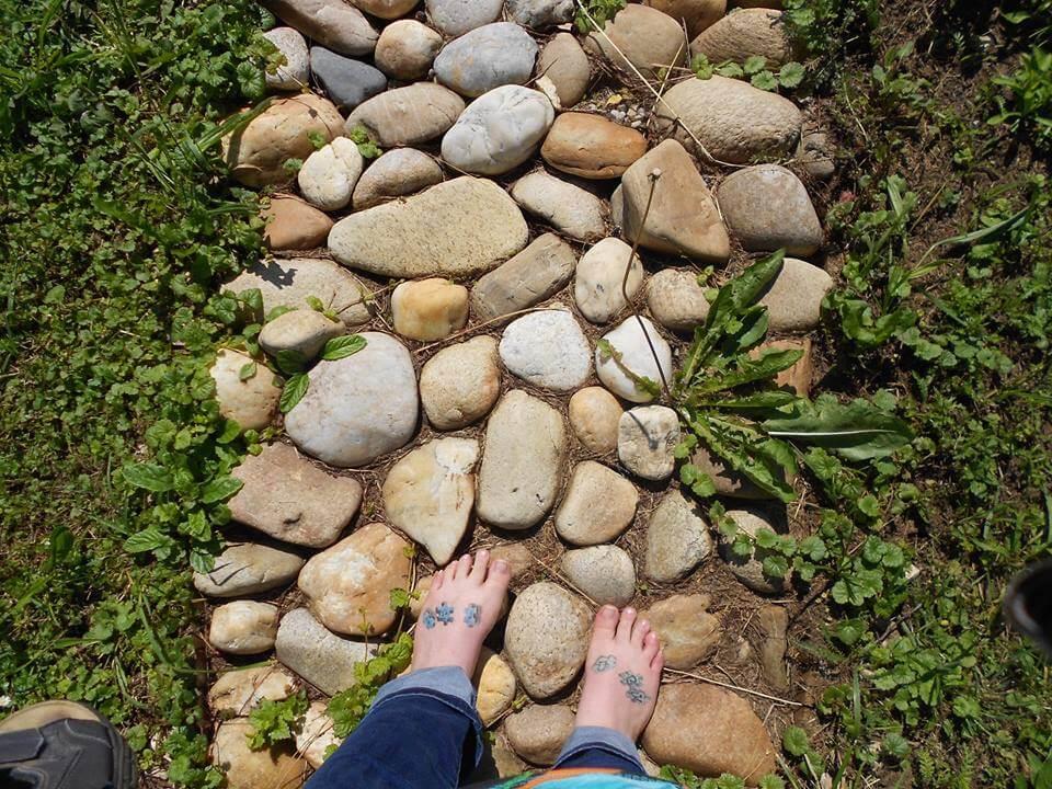 Márokföldi kiránduláson készült fénykép: Mezítlábas séta az energiapark kővel kirakott ösvényein