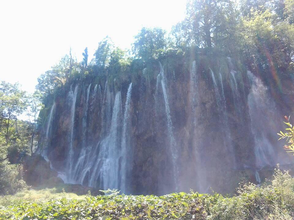 Plitvicei kiránduláson készült fénykép: Egy hatalmas vízesés csoport lábainál